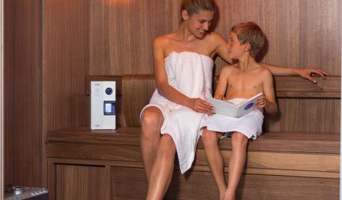 Femme et enfant dans sauna